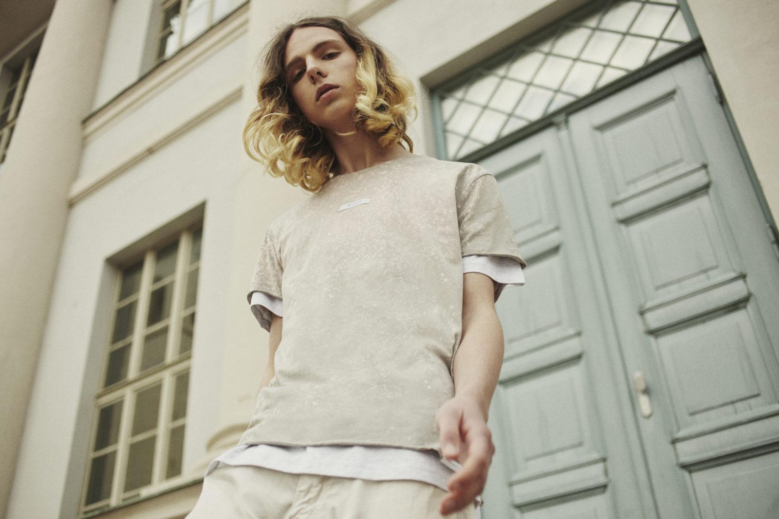 Junger Mann mit Pullover von Rotholz