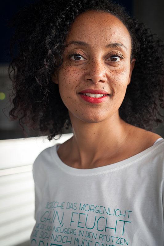 Julia Nohr | Zart auf Weiss | Poesie auf Shirts | GROSS∆RTIG