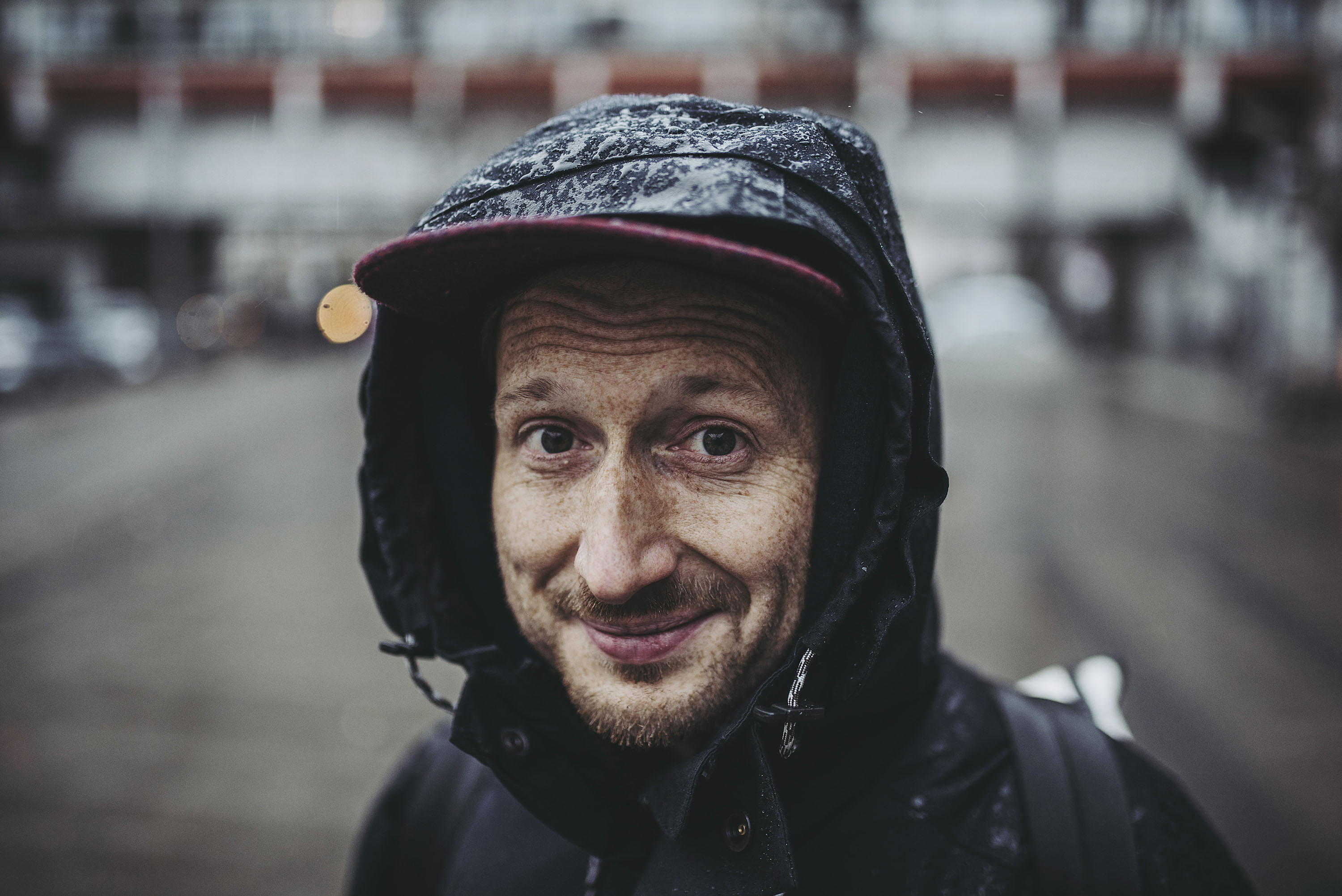 Durch den Regen mit JECKYBENG | Im Test: THE JACKET und THE OUTDOOR SNEAKER | Foto: René Zieger | GROSS∆RTIG