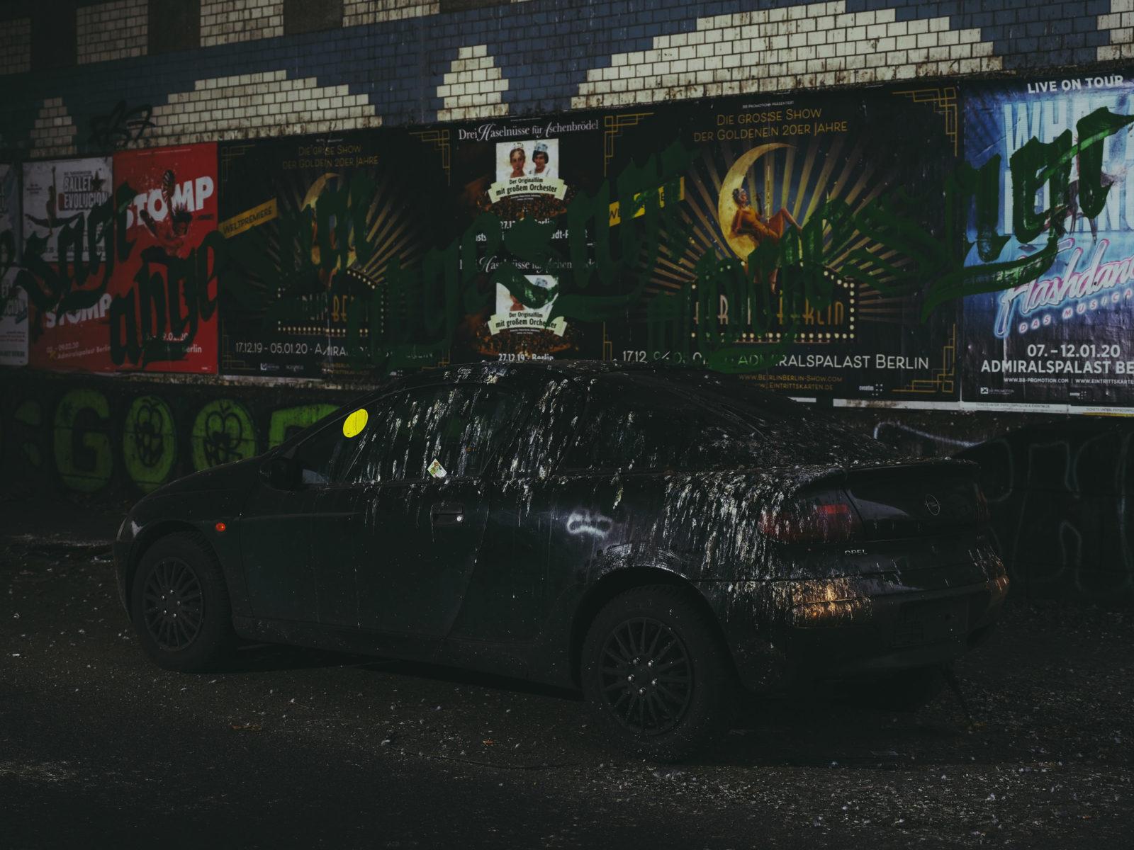 Vollgekackter Opel Tigra in Neukölln
